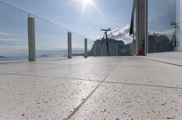 varanda externa com piso cimentício